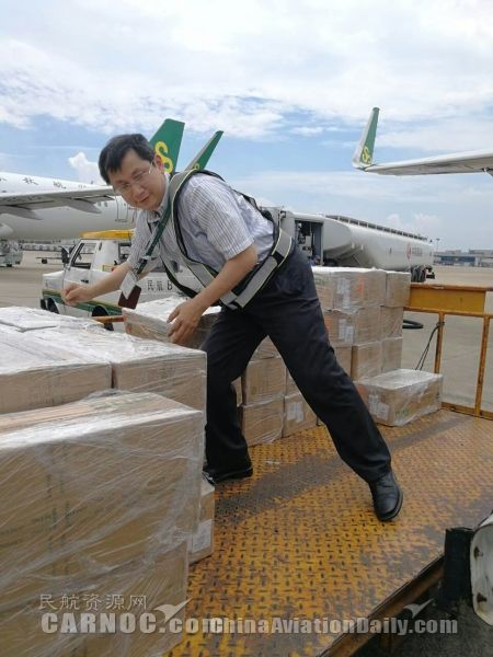 49℃高温 春秋航空董事长机坪上搬货、慰问员工