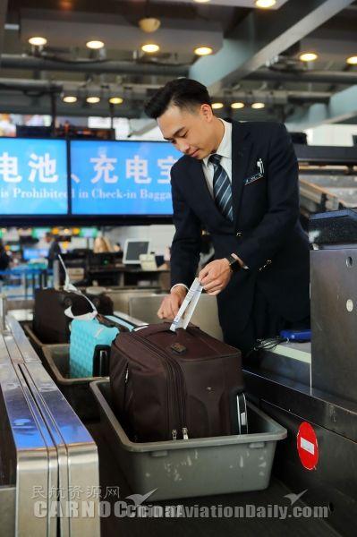 """暑期南航在广州推出""""行李立起来""""服务"""