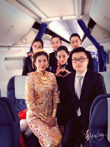 东航山西客舱部凌燕乘务组机上为旅客送新婚祝福