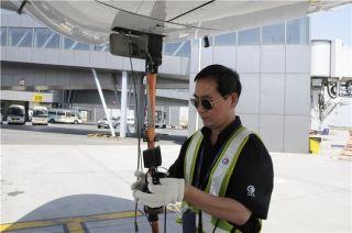 60度机坪的飞机维修时,每一个航班停场或过站,他们都要逐一核对检查,确保安全无误。