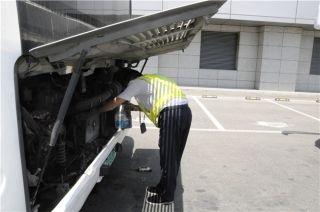 车辆发动机升温,利用休息得间隙,东航西北地服部特种车辆人员正在为摆渡车降温。