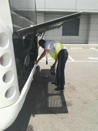 车辆运行间隙,为特种车辆加水,降温。