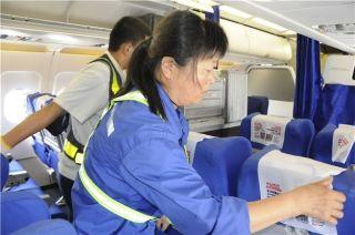飞机的每一个靠垫都要仔细铺平,每一个角落都要打扫得干干净净。