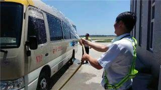 贵宾车司机正在清洗车辆,也为车辆降个温。