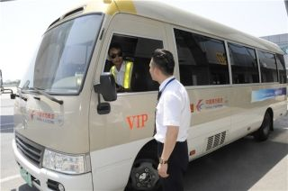 贵宾服务人员正在与要客车司机沟通,争取为贵宾旅客提供更加周到的服务。