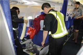 机务维修人员正在更换飞机座椅套。