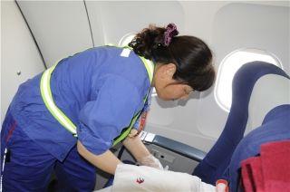客舱清洁的幕后英雄,利用航班停场的间隙,10分钟完成一架飞机的所有客舱清洁工作。