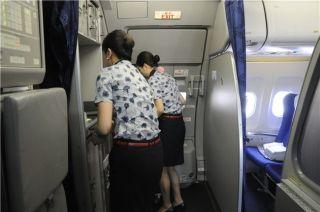 客舱乘务人员紧锣密鼓地做好登机前各项准备工作。