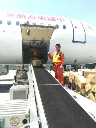 确认各项准备工作到位,搬运工开始有序作业。