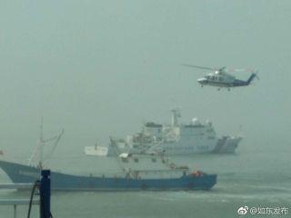 直升机上阵,援救遇险船员。