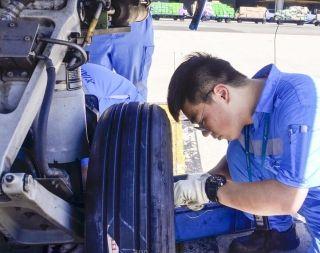 7月13日下午,厦门高崎机场机坪温度53.5度,汗如雨下的厦航航线维修员周磊在机坪上全神贯注地更换飞机轮胎。(刘昱 摄)