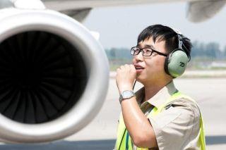 7月13日中午,石家庄机场机坪温度62℃,河北航空机务人员在烈日下做过站检查工作。(马壮 摄)