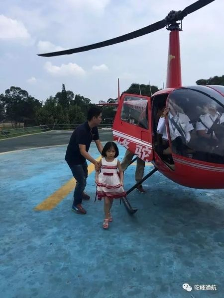 8市民戏水被困河心岛!驼峰通航直升机悬停救援