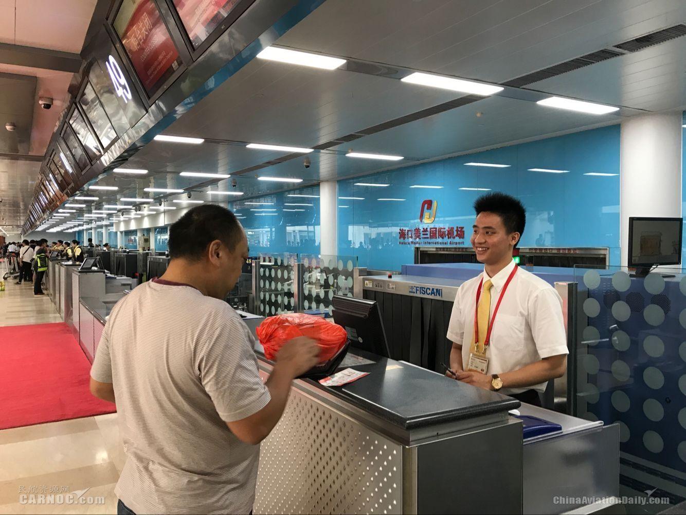 """美兰机场""""站立微笑式""""服务"""
