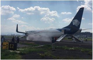 墨西哥航空飞机爆胎中断起飞 乘客从滑梯撤离