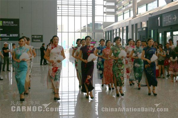 """虹桥机场三伏天上演""""旗袍秀""""  演绎别样风情"""