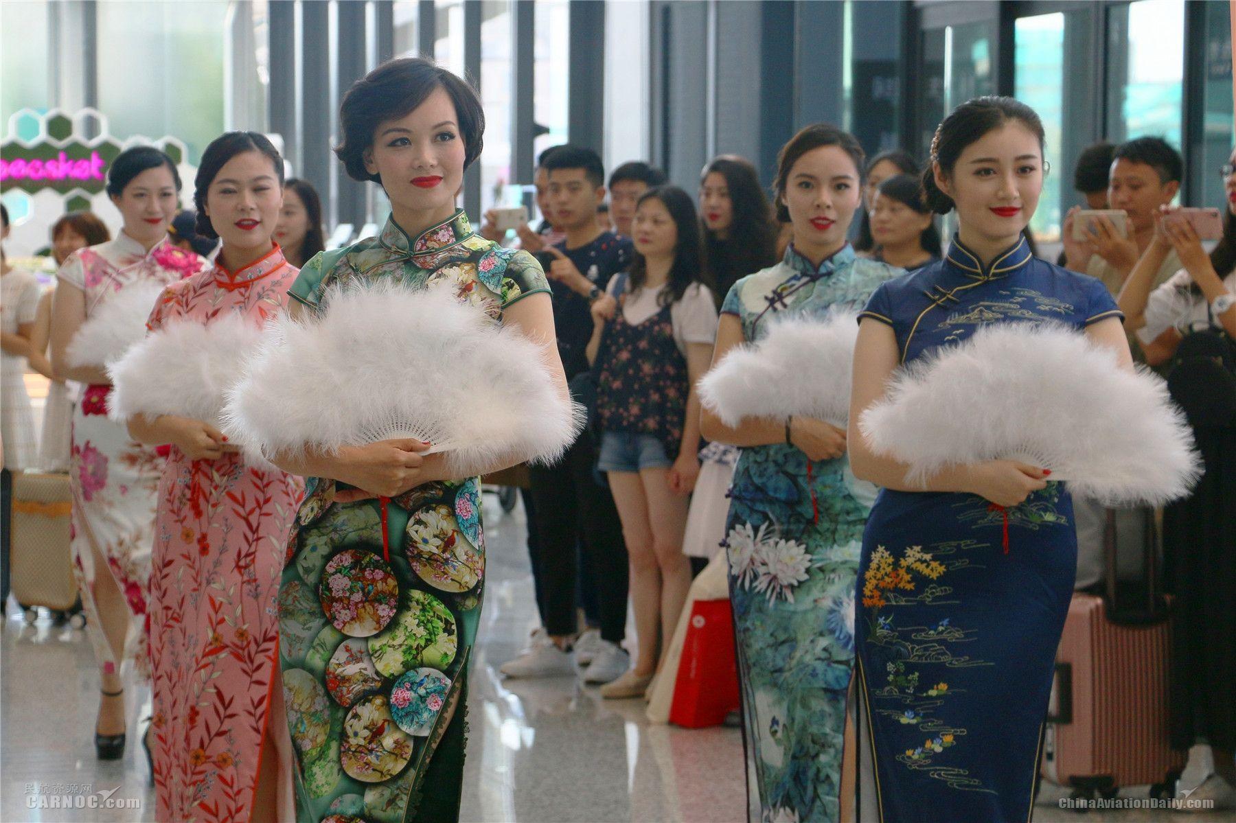 春秋航空演绎别具上海风情的旗袍秀。春秋航空供图