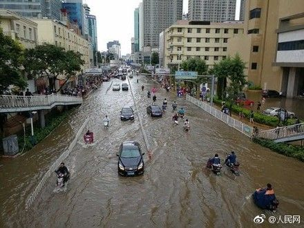 昆明的滂沱大雨 切断了前往机场的路