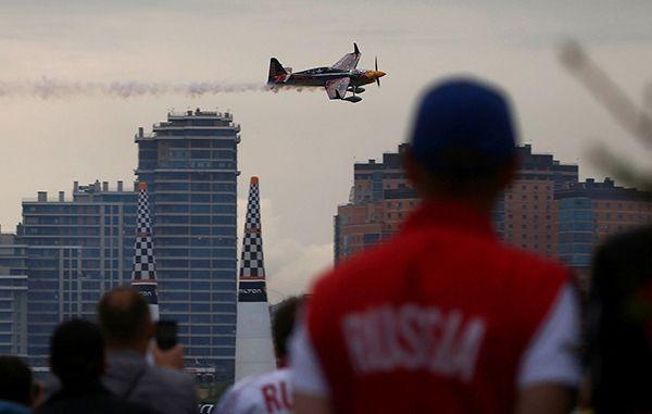 红牛特技飞行锦标赛开幕 各国飞机空中炫技