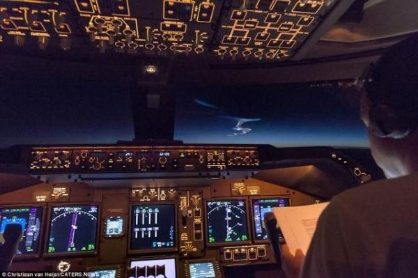 荷兰民航飞行员意外拍到中国反导测试壮观景象