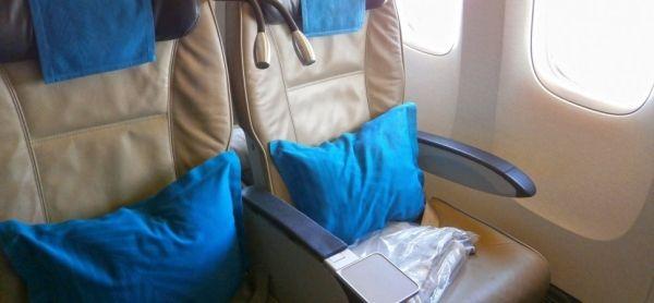 将机上毛毯递给经济舱儿子 这位妈妈惨遭逮捕