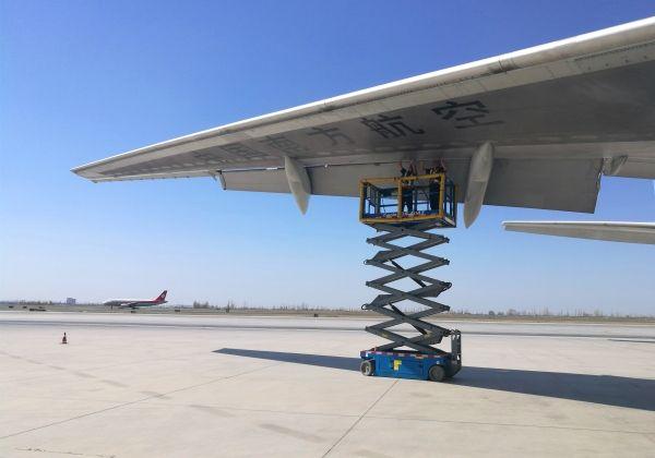 飞机太大机库太小,他们在40度高温下露天定检