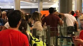 航班延误11小时 旅客抱怨反遭地勤拳击!