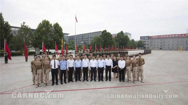 """东航""""三长""""代表赴解放军三军仪仗队交流学习"""