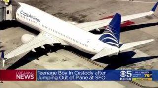 疯狂!熊孩子突然打开应急门跳下飞机…
