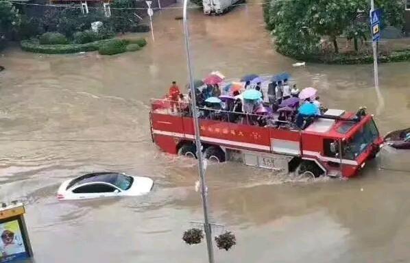 机场宾馆门前积水1米深 大连机场派消防车迎客