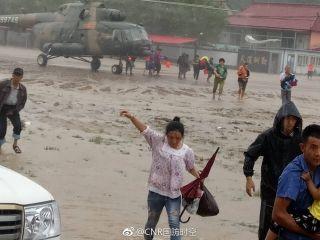 突发!3架直升机正在解救岫岩洪灾被困群众