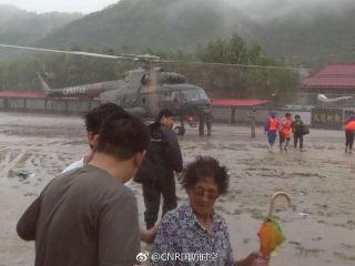 第79集团军3架直升机解救岫岩洪灾被困群众。