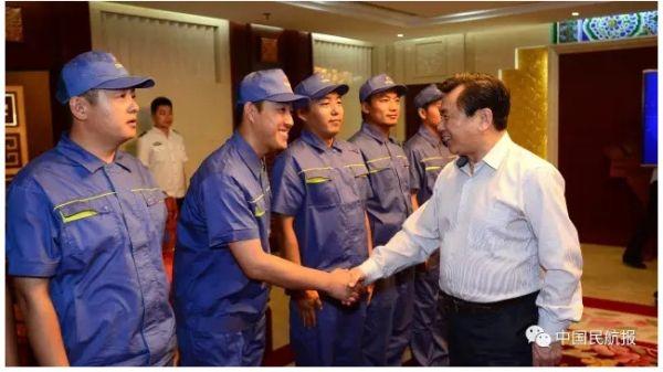 民航局局长冯正霖慰问吉林民航一线班组图片由陆二佳摄