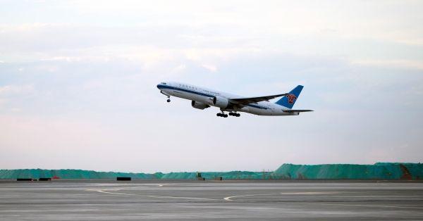 新疆2017首批朝觐人员乘南航航班飞赴麦地那