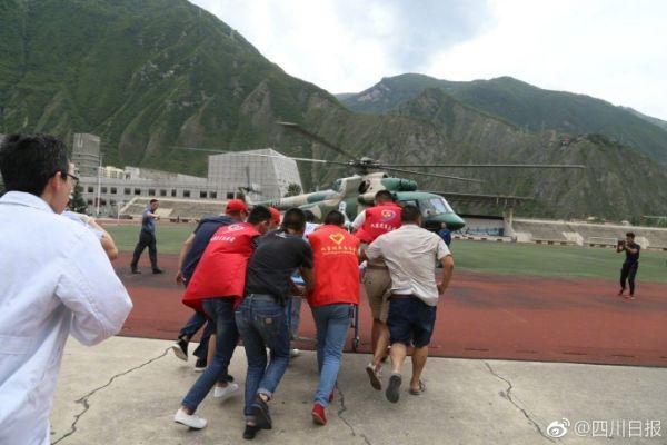 西部战区直升机运送首批8名伤员飞往绵阳救治