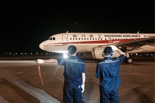 民航第一个抗震救灾加班航班——四川航空3U8111于今日5时26分从成都双流机场起飞,前往九寨。 摄影:高昂