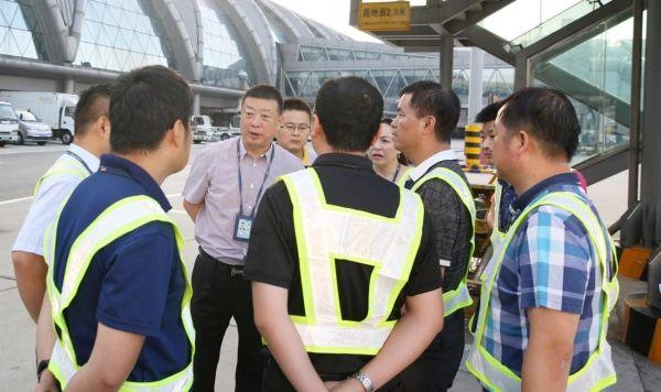 成都航空总经理查光忆带队检查地震救援情况