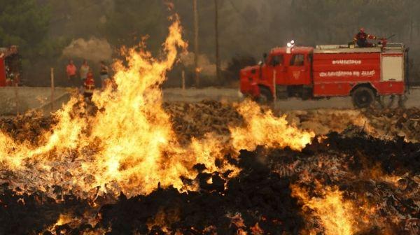 葡萄牙北部再起森林大火 直升机飞往现场救援