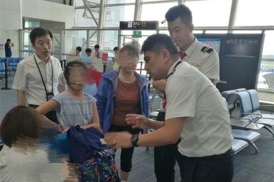 航班延误过久7名旅客拒登机 机长鞠躬流泪苦劝