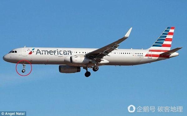 客机降落时 人们发现起落架上有个人