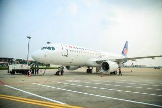 青岛航空迎来第十四架新飞机 尾喷耐冬花涂装