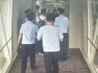 """""""任性""""旅客飞机上玩手机 被郑州机场警方拘留"""