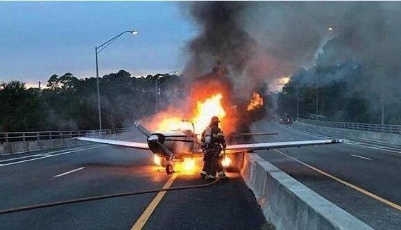 视频|小型飞机迫降公路 瞬间燃烧成火球