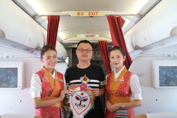 西藏航空格桑花乘务组与乘客共度雪顿节