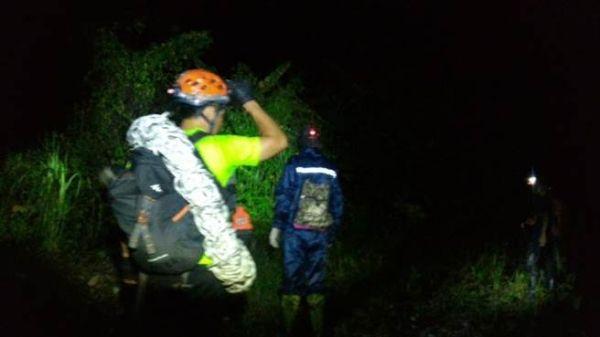 台2名飞行伞迷因大雾迫降山区 直升机吊挂救起