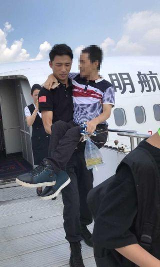 暑运相伴——昆明航空安全员演绎铁汉也柔情