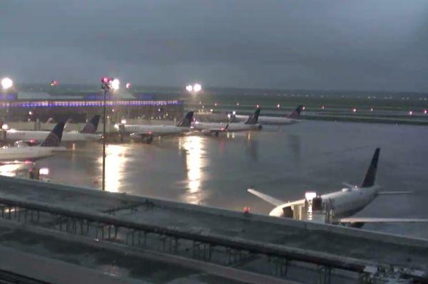哈维飓风来袭,美国休斯顿机场成了码头!