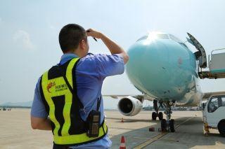 飞机停稳,50°高温的机坪上,维修人员顶着烈日开始短停检查。