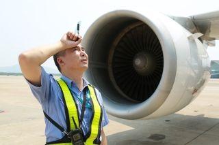 高温炙烤下,每次飞机短停检查,平均擦汗13次。