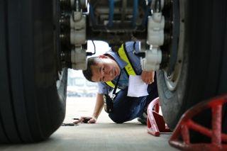 弯下身躯,趴在65°的机坪上,检查空气温度达100°的轮胎。